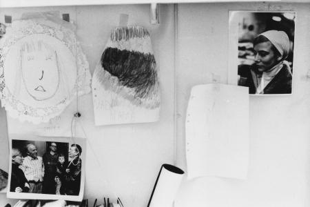 in Peter Weiss' Atelier Bilder von Nadja, Foto von Gunilla und Foto mit Gunilla, C-H Hermanson, Lars Werner und Peter mit Nadja auf dem Arm, Foto: Andreas Schönefeld