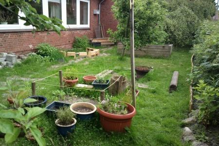 Der Garten ist nicht groß. Nur ein Streifen vor der Kita, Foto: Andreas Schönefeld