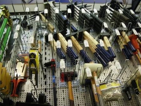 Werkzeug aussuchen im Baumarkt, Foto: Andreas Schönefeld