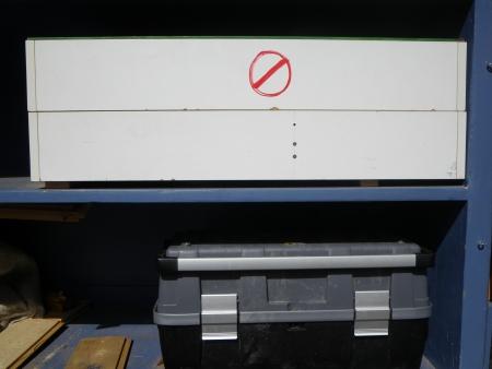 zwei weiße Werkzeugkästen nur mit Erwachsenen zu benutzen, ein Werkzeugkasten, Foto: Andreas Schönefeld